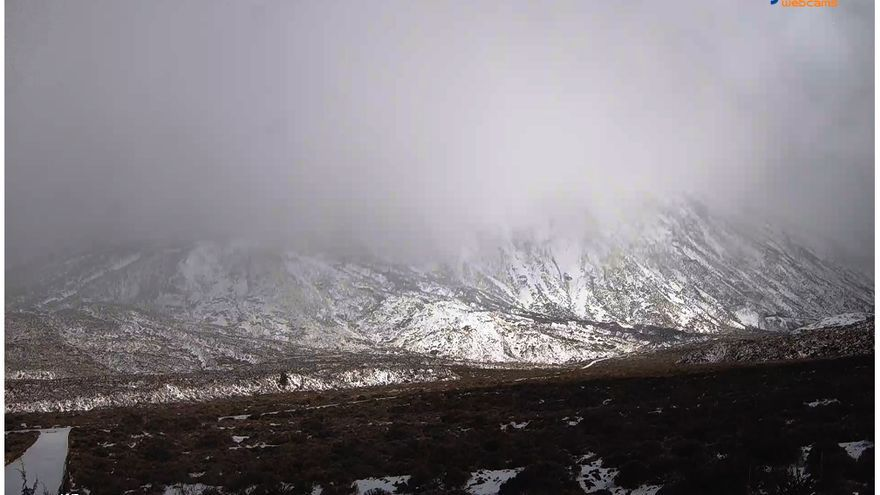 Imagen de la nevada en la cara sur del Teide desde el Parador del Parque Nacional.