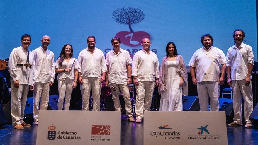 Benito Cabrera acompañado de sus músicos.