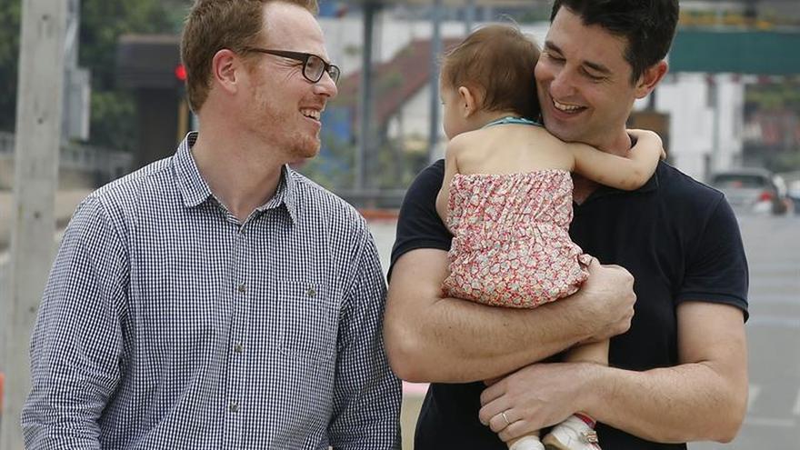 El matrimonio gay hispano-norteamericano regresa a España con su bebé subrogado