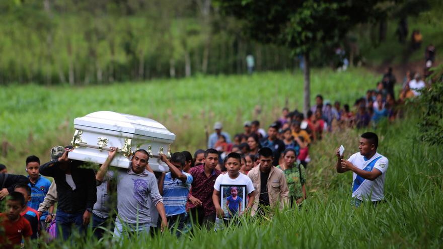 Varias personas cargan el féretro de la menor Jakelin Caal Maquín durante un recorrido hasta el cementerio de la comunidad de San Antonio Secortéz (Guatemala). Después de realizar un recorrido por la recóndita comunidad de San Antonio Secortéz, en el norte de Guatemala, primero frente a la casa de su abuelo, luego al hogar de su mamá y a la iglesia, el cuerpo de Jakelin Caal Maquín ingresó hoy al cementerio para su último adiós. En una despedida silenciosa, decenas de personas entregaron los restos de la menor, de 7 años y fallecida hace 17 días en EE.UU. cuando era custodiada por la Patrulla Fronteriza, dentro de su féretro blanco en el nicho de bloque y cemento.