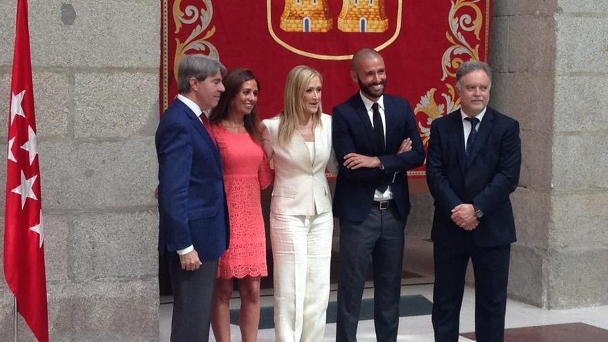 Jaime de los Santos (el segundo por la derecha) posa junto a Cristina Cifuentes y los responsables de seguridad y asuntos taurinos en la toma de posesión de sus cargos. Foto: Twitter de Cristina Cifuentes