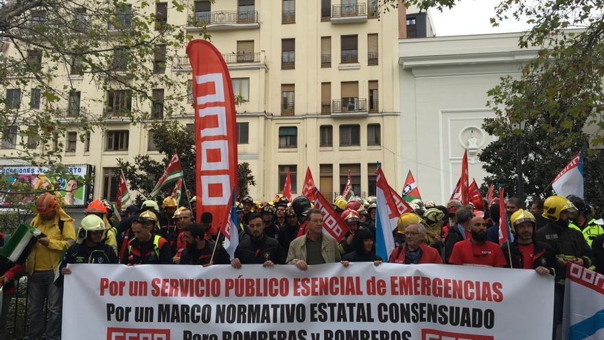 Los bomberos representados por CCOO se manifiestan para reivindicar una ley estatal común