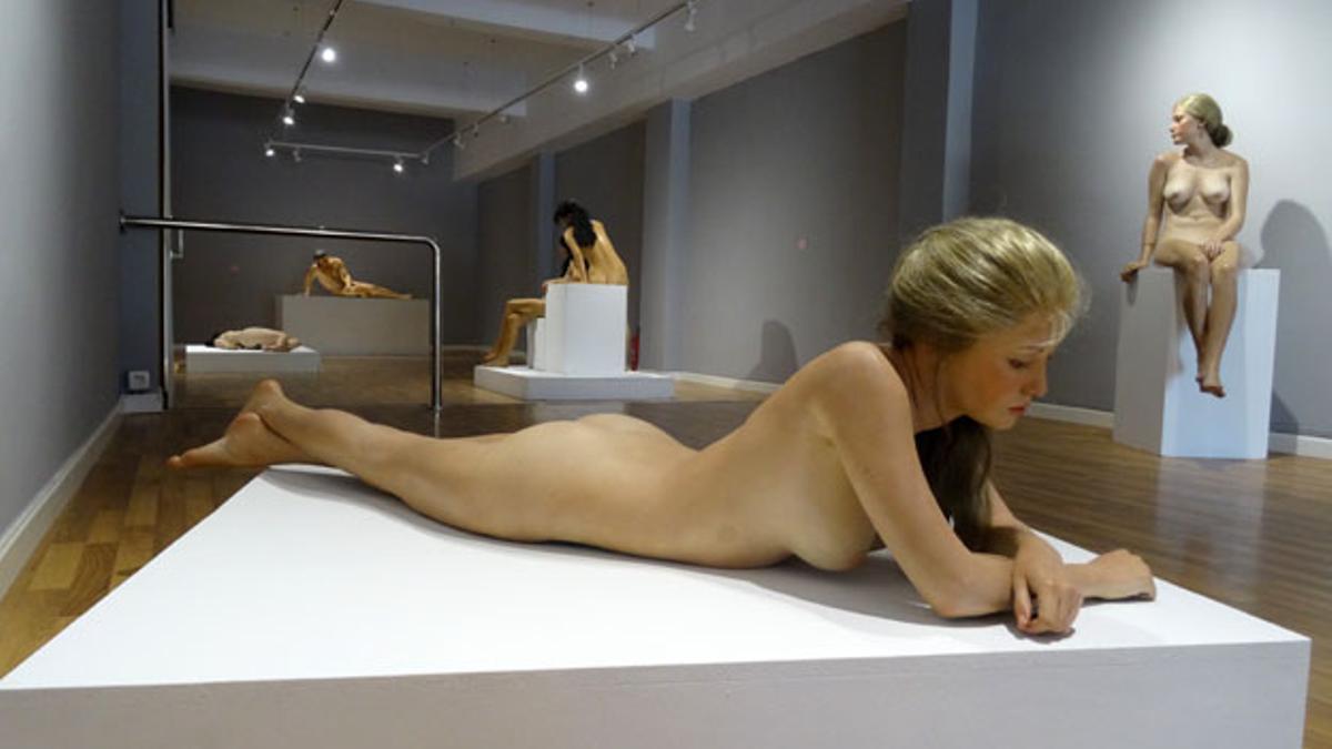 Una de las esculturas hiperrealistas de John de Andrea que se puede encontrar en Two Art Gallery