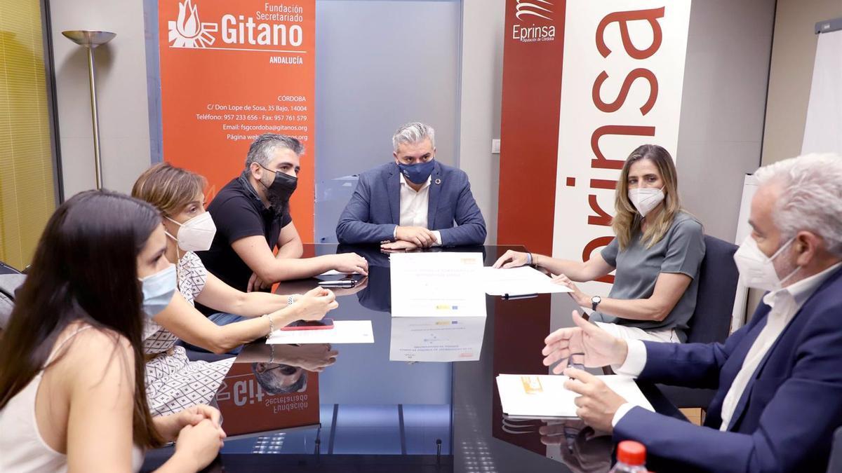 El presidente de Eprinsa, Víctor Montoro (centro), en la firma con la Fundación Secretariado Gitano.