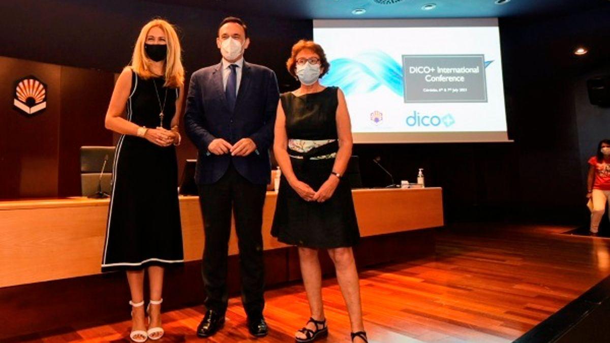 El rector de la UCO, José Carlos Gómez Villamandos, junto a Elena Gómez (izda.) y Brigitte Gruson.