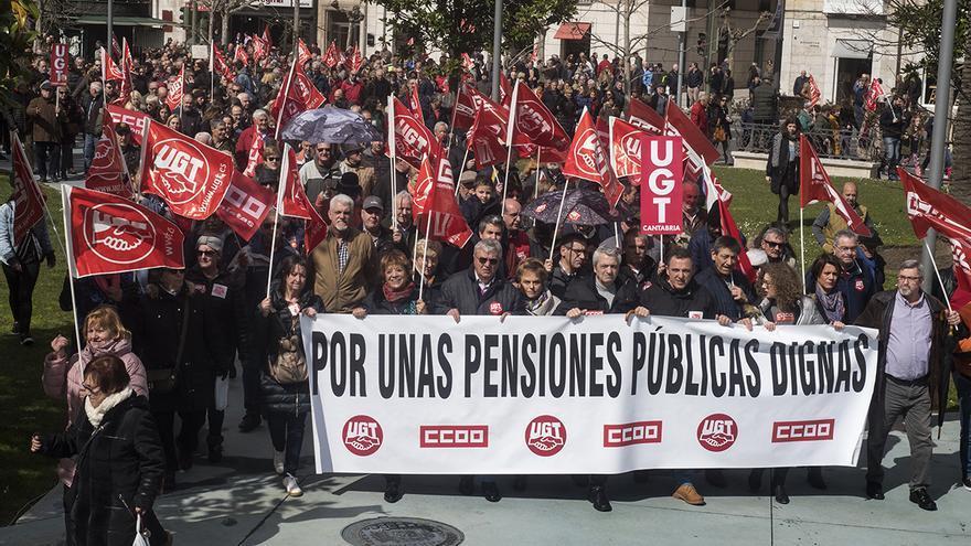 Marcha multitudinaria por las pensiones en Santander. | JOAQUÍN GÓMEZ SASTRE