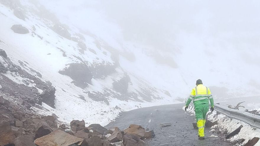 Uno de los desprendimiento en la carretera  LP-4 de acceso  al Roque de Los Muchachos, este sábado.