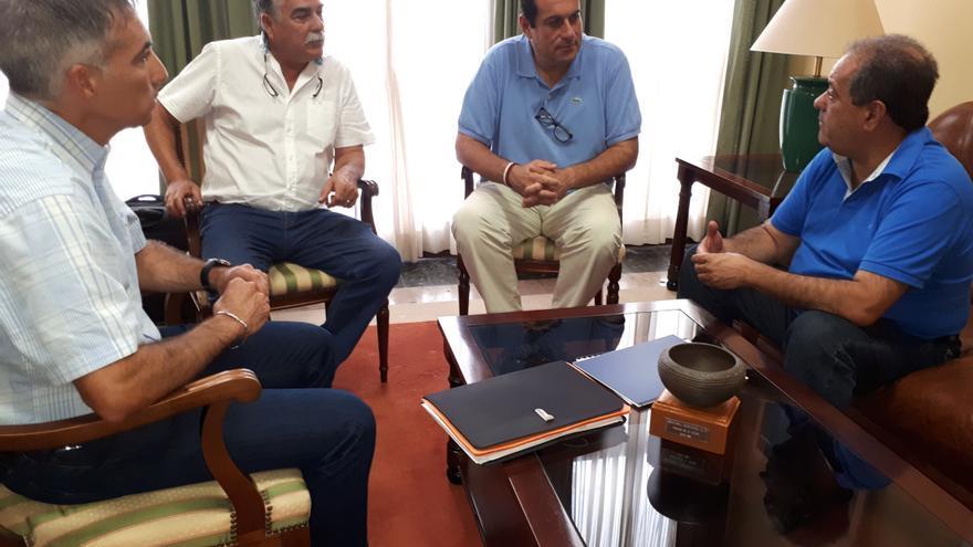 De izquierda a derecha: Antonio Luis Pérez, gerente de Aspa; Miguen Martín, presidente de Aspa; Basilio Pérez, consejero insular de Agrícultura, Ganaderia y Pesca;  y José Luis Perestelo, vicepresidente del Cabildo y consejero de Aguas.