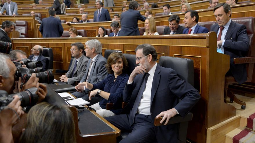 Mariano Rajoy y Soraya Sáenz de Santamaria durante un pleno en el Congreso de los Diputados en Madrid.
