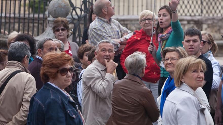 Un grupo de turistas, junto al triunfo de San Rafael | MADERO CUBERO