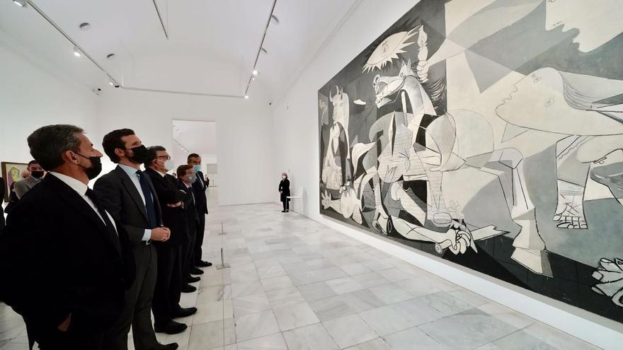 El presidente del PP, Pablo Casado, el expresidente francés Nicolás Sarkozy y el expresidente de la Comisión Europea, José Manuel Durao Barroso, visitan el Guernica de Picasso en el Reina Sofía.