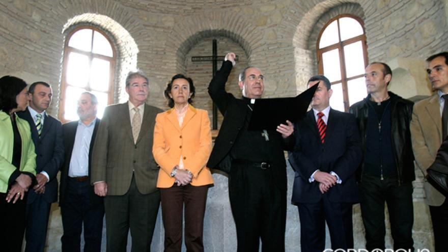 El exobispo Asenjo y la exalcaldesa Rosa Aguilar, en la visita a una restaurada ermita de los Mártires | MADERO CUBERO