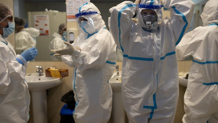 Las enfermeras siguen el protocolo establecido para vestirse con los EPIs y visitar a los enfermos de una residencia de mayores.
