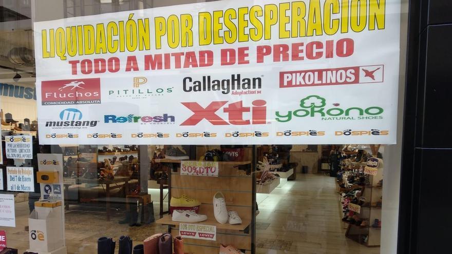 Cartel de liquidación en una zapatería del centro de Mérida