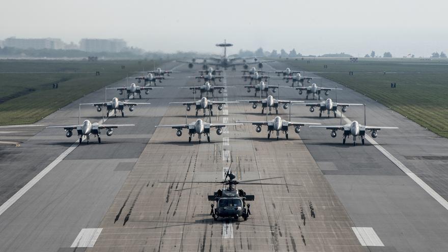 El Ala 18º de la Fuerza Aérea de EEUU en Japón formada por HH-60 Pave Hawks, F-15 Eagles, E-3 Sentries y KC-135.
