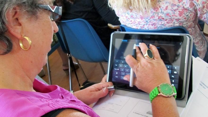 Mujeres de asociaciones rurales andaluzas aprenden a utilizar las tablets dentro del proyecto App Rural