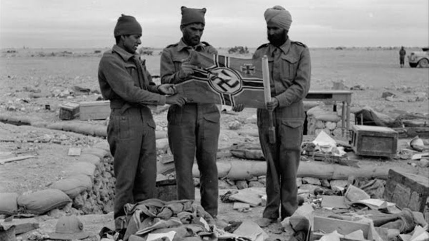 Soldados indios del ejército británico sostienen una bandera nazi