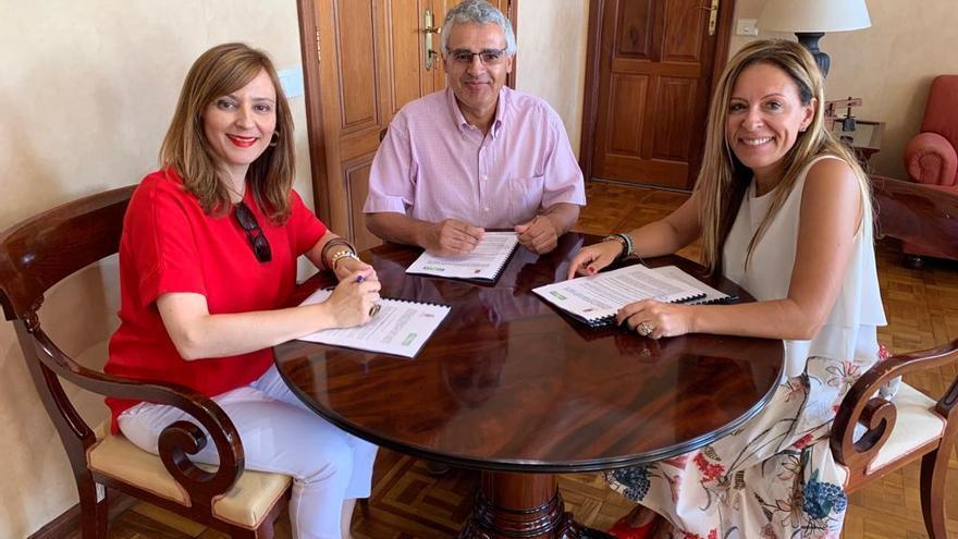 Nieves Lady Barreto, presidenta del Cabildo de La Palma; Eduardo Calderón, representante de Indispal, y Ángeles Fernández, consejera de Bienestar Social.