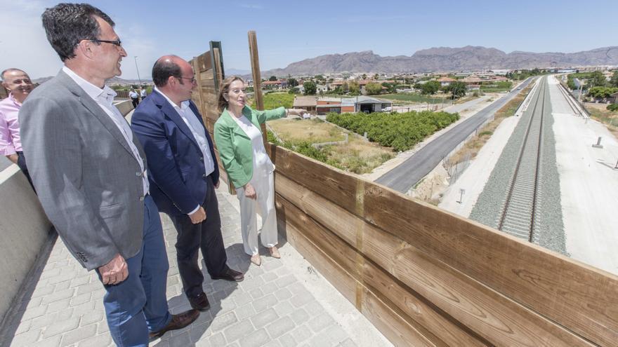 Ballesta, Sánchez y Pastor contemplan las vías del ferrcarril