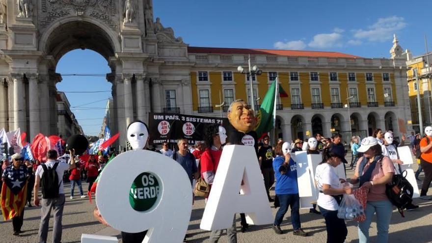 Miles de profesores llegados de todo Portugal llenaron el pasado mes de marzo el centro de Lisboa para protestar contra la ley sobre la actualización del salario de los profesores, que hoy ha sido rechazada en el Parlamento luso.