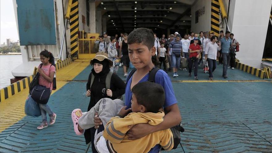 Más de 6.000 refugiados llegan a Atenas en tres barcos desde las islas del Egeo