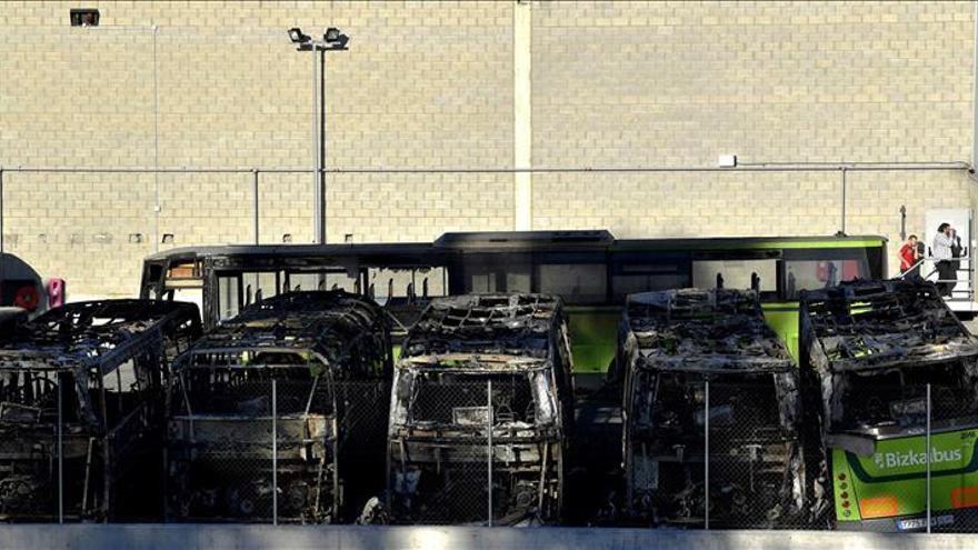 """Queman ocho autobuses en Bizkaia en un sabotaje de """"apoyo"""" a presos de ETA"""