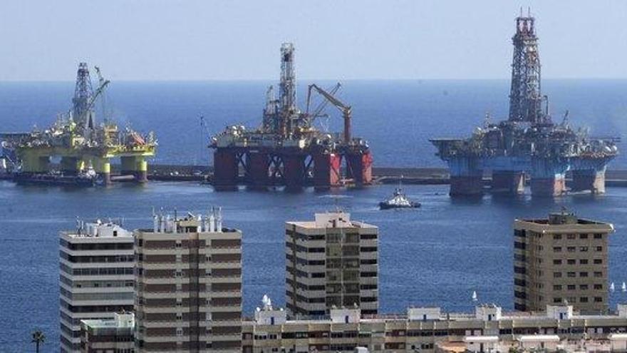 Plataformas petrolíferas en el Puerto de la Luz y de Las Palmas. Efe.