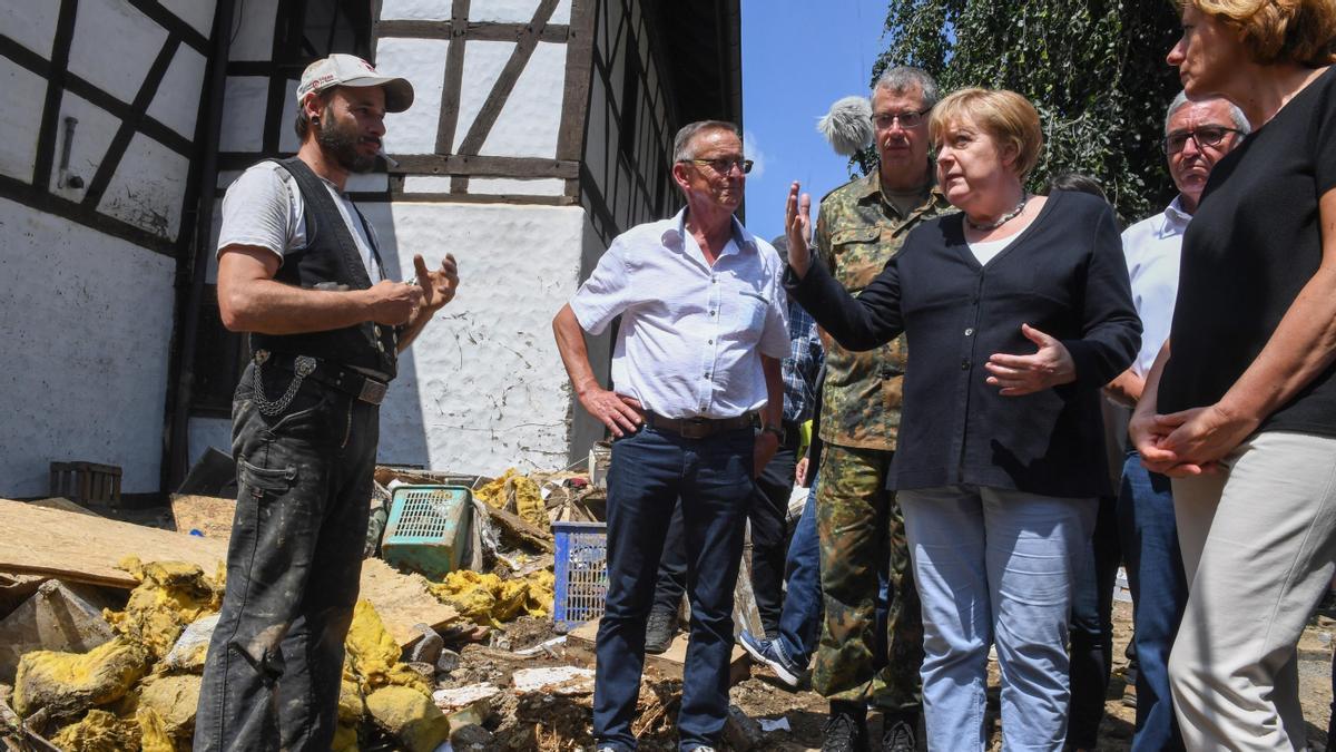 La canciller alemana Angela Merkel en su visita a la villa de Schuld, para conocer los daños causados por las inundaciones que han asolado el oeste del país.