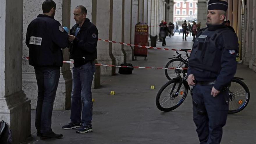 El agresor de tres militares en Niza, interrogado por agentes antiterroristas