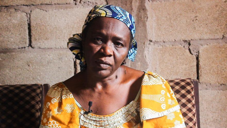 La madre de Aboubakar Oumarou Maiga, en un momento del documental de Caminando Fronteras con las familias de las víctimas en Camerún.   Imagen cedida por Caminando Fronteras.
