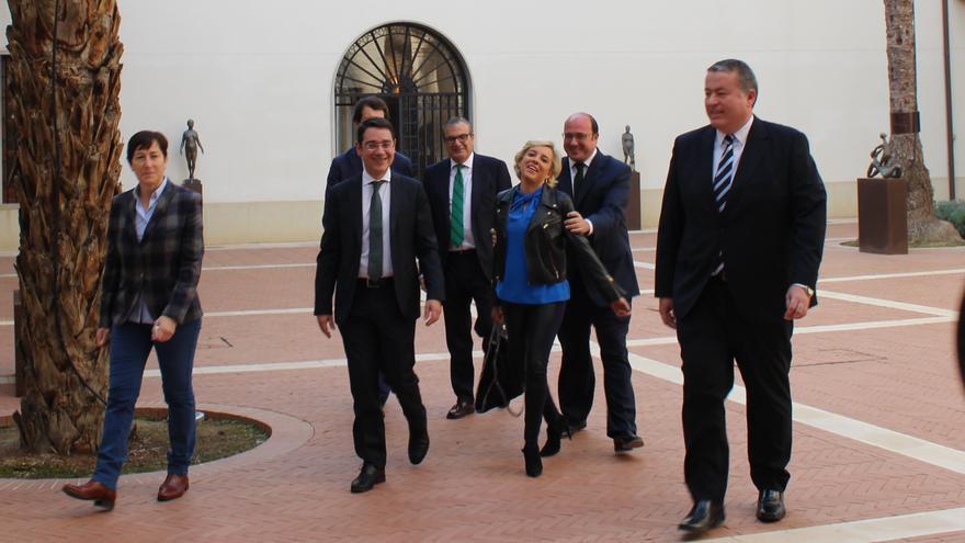 Sánchez bromea con Martínez-Cachá junto a Francisco Bernabé, en la toma de posesión de la consejera / PSS