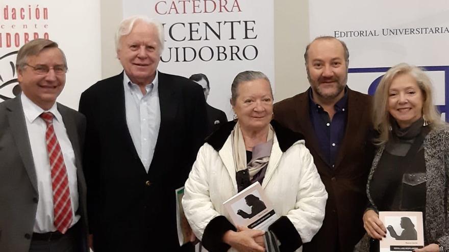 Elsa López en un acto literario en Chile.