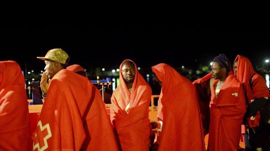 Llegan a Motril en buen estado los 23 inmigrantes interceptados cerca de Alborán