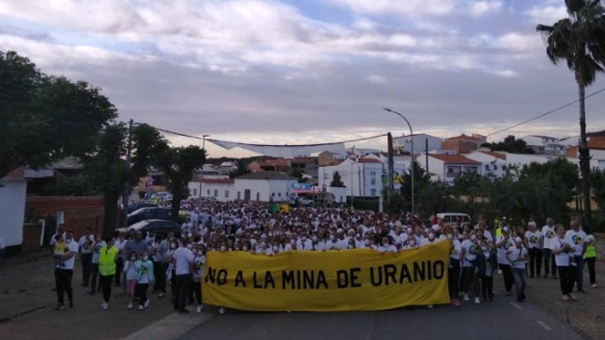 Manifestantes se concentran en Zahínos contra la mina de uranio