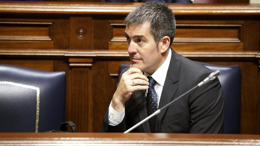El presidente del Gobierno de Canarias, Fernando Clavijo, escucha una pregunta durante el pleno del Parlamento de Canarias celebrado este miércoles. EFE/Ramón de la Rocha