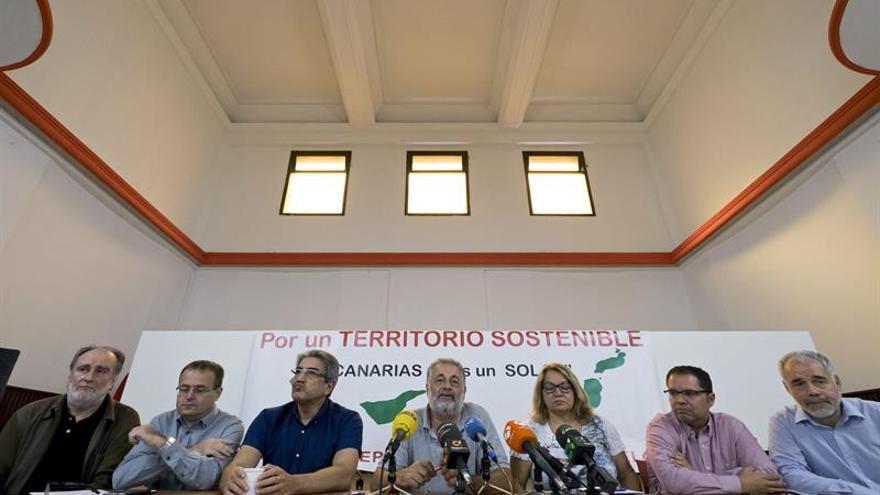 Representantes de diferentes partidos políticos, sindicatos y otras organizaciones contra la Ley del suelo (Efe)
