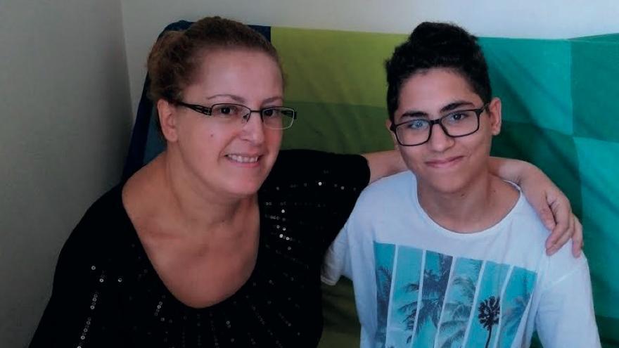 Kaissa Ould Salem, con su hijo, Aksel