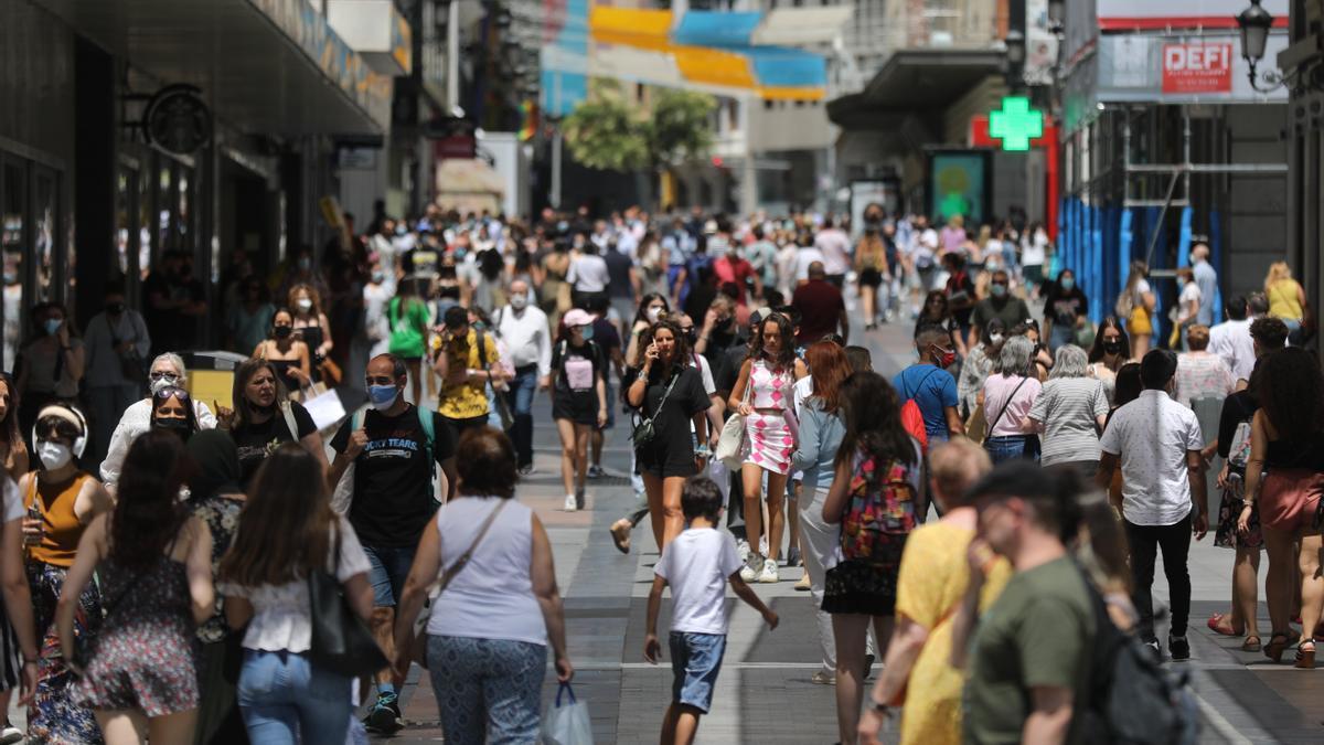 Un grupo de personas camina en el centro de la capital, a 28 de junio de 2021, en Madrid, (España).