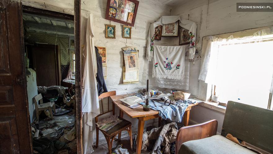 La casa abandonada de un pequeño pueblo a varias docenas de kilómetros de Chernobyl.