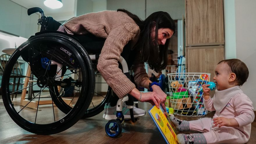 Cristina Sales jugando con su hija en su casa