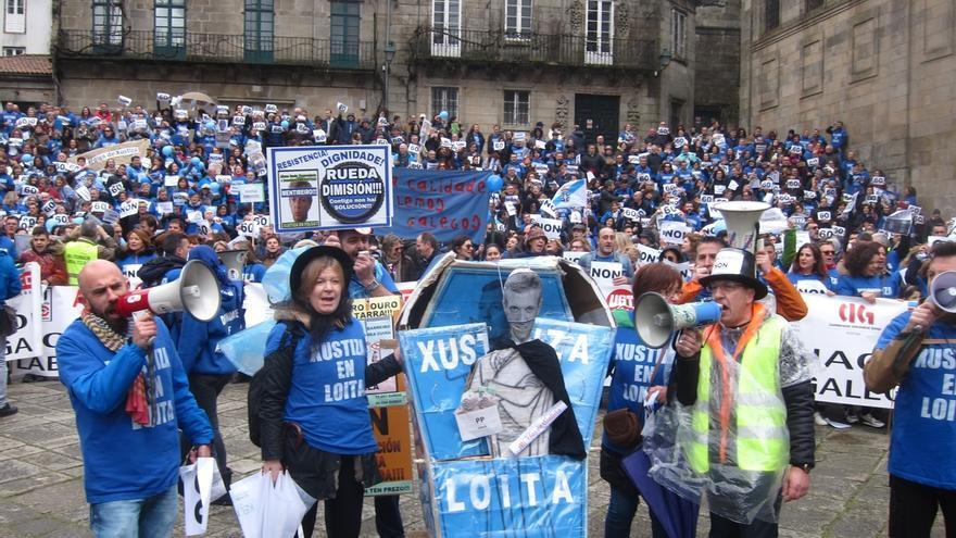 Una multitudinaria manifestación de funcionarios de justicia pide en Santiago la dimisión del vicepresidente de la Xunta