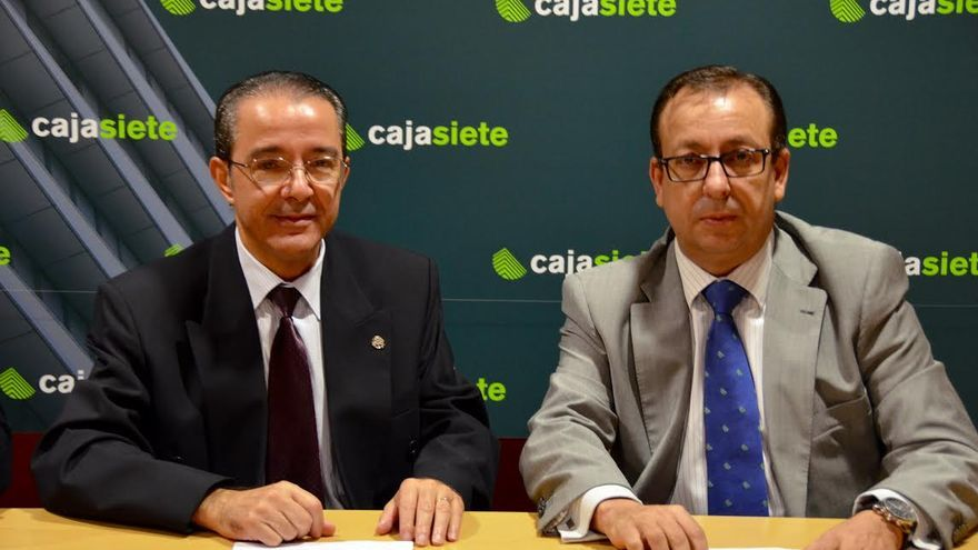 Iñigo Jáudenes Ruiz de Atauri (i) y José Manuel Garrido firmaron el acuerdo.