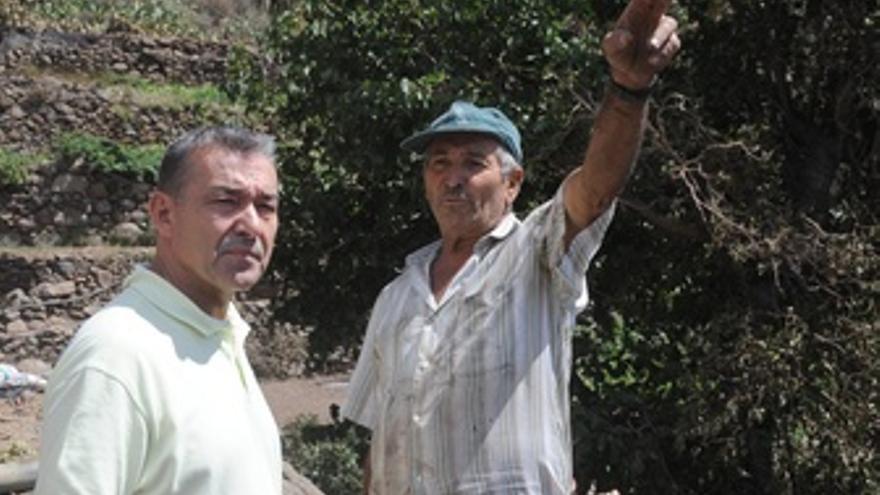 Paulino Rivero habla con un vecino durante su visita a La Gomera