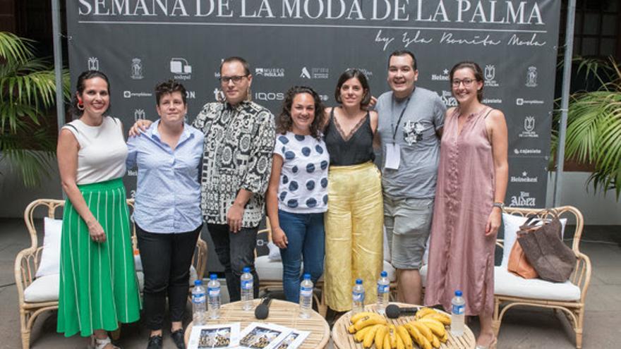 La bloguera Gema Betancor junto a los finalistas Certamen Promesas de la Moda.