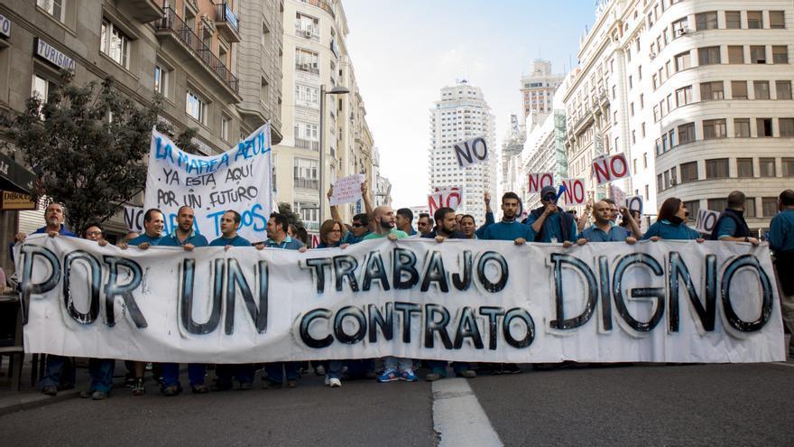 Manifestantes atraviesan la Gran Vía de Madrid contra las malas condiciones de la subcontratación de Telefónica \ Foto: A. Navarro