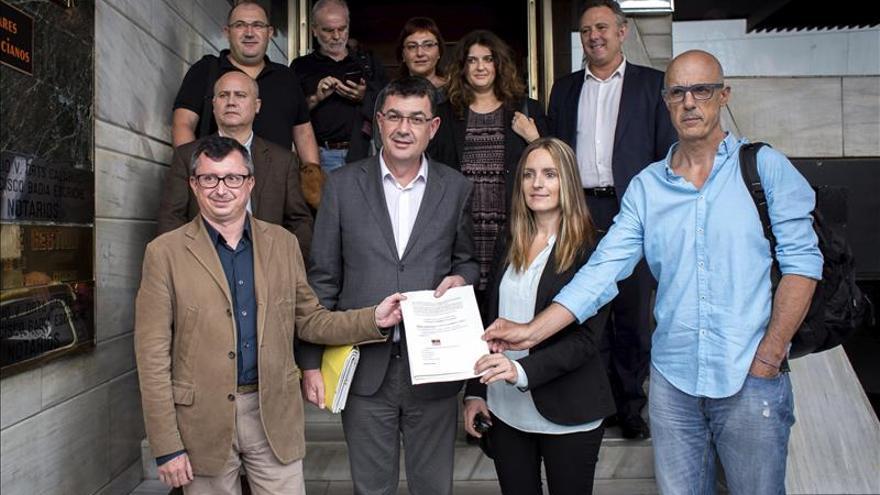 Compromís y Podemos formalizan ante notario su coalición para las elecciones