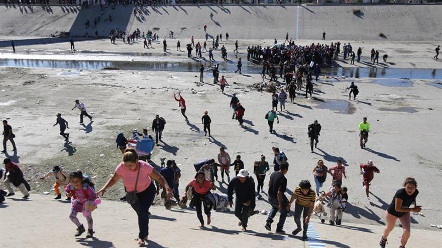 Un grupo de personas trata de cruzar la garita El Chaparral en Tijuana.