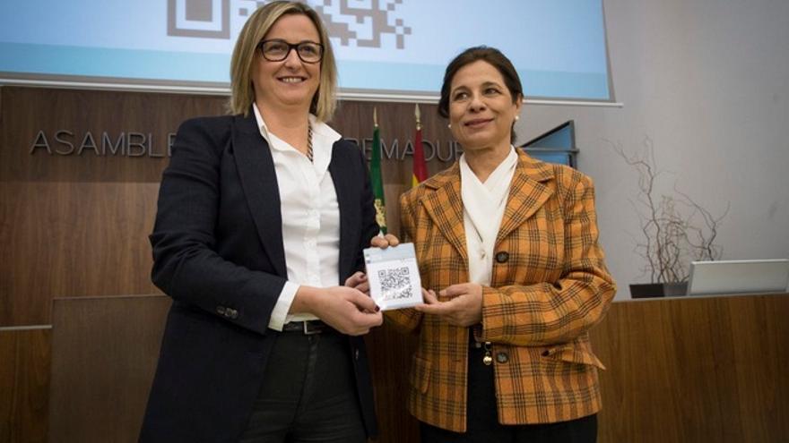 La consejera Pilar Blanco entrega a la presidenta de la Asamblea de Extremadura el borrador de los Presupuestos / GobEx