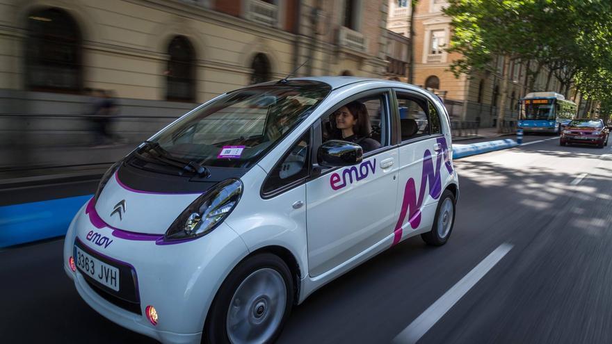 Un coche de Emov circulando por Madrid.