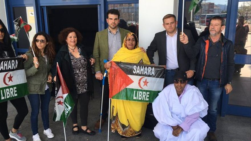 Algunos de los abogados expulsados de Marruecos a su llegada a Algeciras.   Sergio Rodrigo